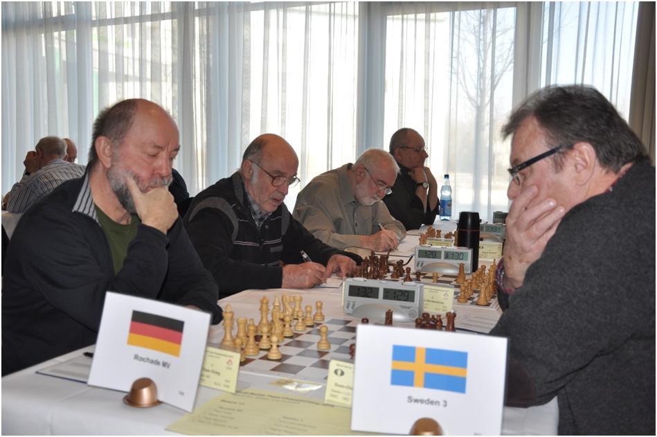 """Das Team """"Rochade MV"""" mit Peter Krieg, Martin Fleischer (beide SV Einheit Schwerin), Peter Micheel und Günther Kundt (beide SSC Graal-Müritz) (von li. nach re.) im Spiel gegen das """"Team Schweden"""""""