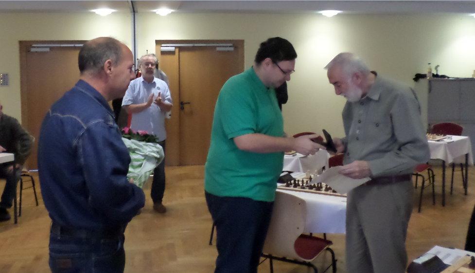 Robert Jänsch überreicht unserem Peti die Medaille