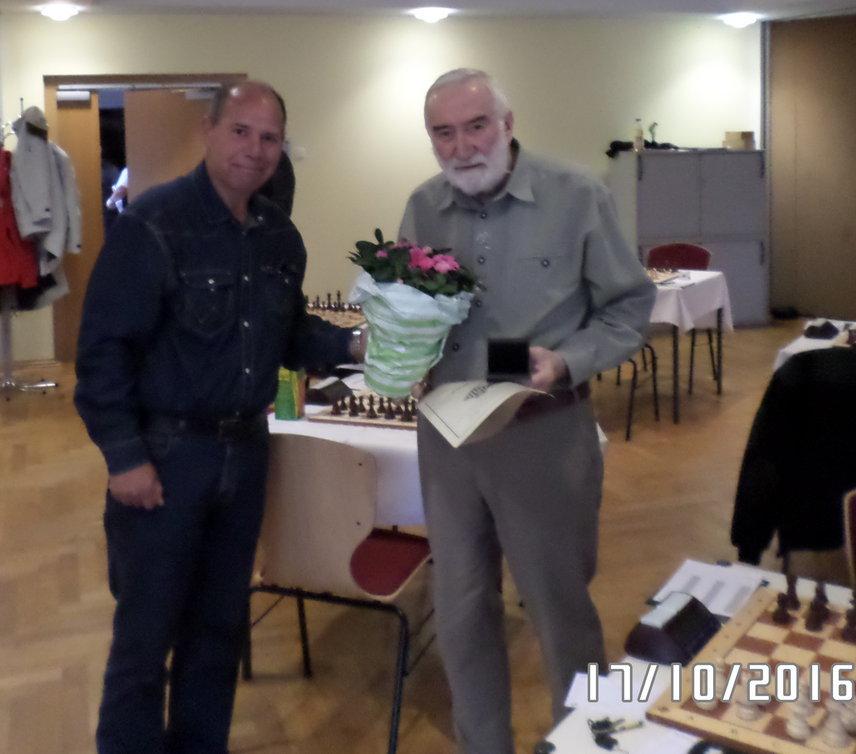 """Unser Vereinsvorsitzender überreicht einen Blumentopf Marke """"pflegeleicht"""""""